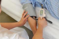 血圧を測る様子のイメージ
